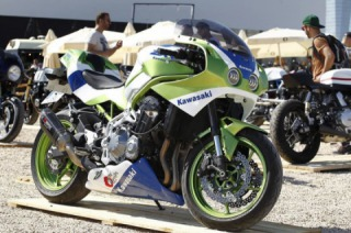 The sudden transformation 2019 Kawasaki Z900 in ZXR750 from the 1990s.